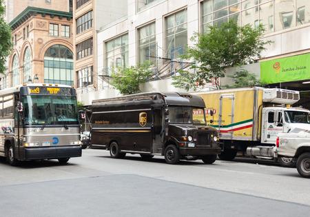 マンハッタンのニューヨーク市、アメリカ合衆国 - 2015 年 7 月 7 日: UPS のトラック。ユナイテッド パーセル送達世界最大の貨物と物流の会社です。 報道画像