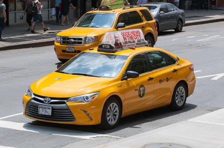 NUEVA YORK, NY, EE.UU. - 07 de julio, 2015: Taxis amarillos en Manhattan, Nueva York. Los taxis de la ciudad de Nueva York son iconos de la ciudad ampliamente reconocidos.