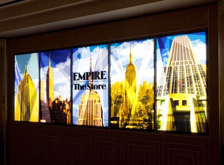 New York City, USA - 10 Juillet, 2015: signes du magasin dans l'Empire State Building illuminé. L'Empire State Building a été le premier bâtiment à avoir plus de 100 étages.