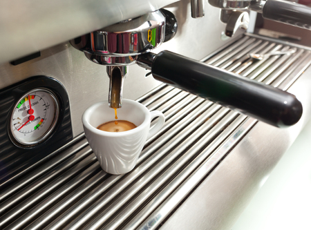 kafe: Close up of an espresso machine making a cup of coffee.
