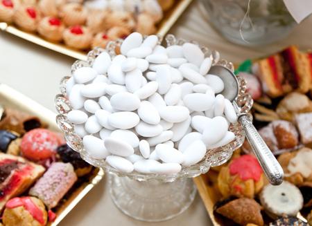 Hochzeitstafel mit weißen Konfetti verschiedener Geschmäcker.