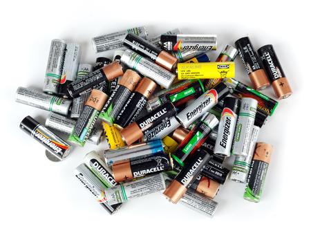 Empoli, Italië - 1 september 2016: Verschillende types van gebruikte batterijen klaar voor recycling. Elk jaar in Europa meer dan 2 miljard batterijen worden gegooid. Redactioneel