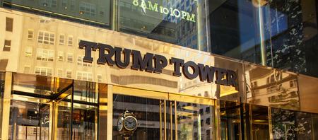 Nowy Jork, NY, USA - 10 lipca 2015: Wejście Trump Tower przy Piątej Alei na Manhattanie. Opracowany przez Donalda Trumpa ta wieża otwarta w 1983 roku.