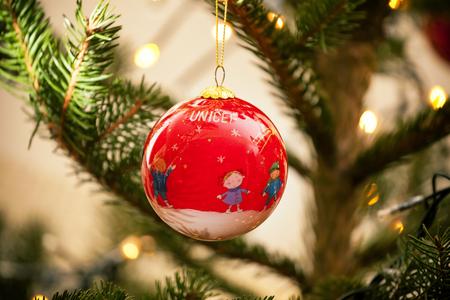 Empoli, Italia - 21 dicembre 2016: palla Unicef ??sul christams albero. Il mercato degli ornamenti UNICEF aiuta i bambini più vulnerabili al mondo. Ogni dono acquistato aiuta a salvare la vita dei bambini.