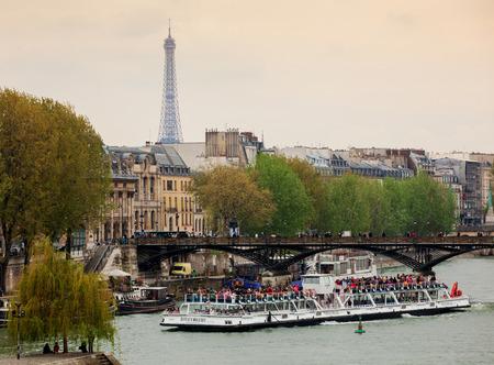 파리, 프랑스 -2011 년 4 월 28 일 : 에펠 탑과 강 세 느 강에서 bateaux mouches라는 투어 보트 이러한 보트 관광 투어 강을 항해 일부 사람들이 주위입니다.