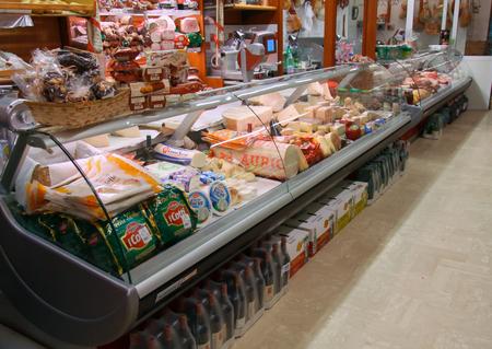 """Mondragone, Italia - Enero 01,2010: Mostrador del Minimarket """"Antichi Sapori"""" con quesos, carnes y embutidos. Editorial"""