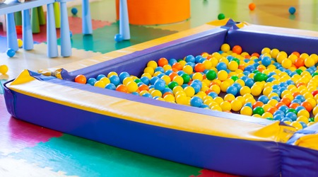 Fête de boule de piscine en plastique colorée pour les enfants. Banque d'images