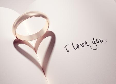 heiraten: Heartshadow mit Ringen auf ein Buch-Mitte - ich liebe dich - Karte Lizenzfreie Bilder