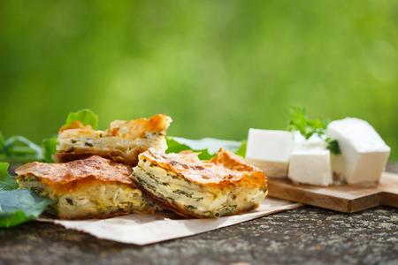 Spinazie en Feta Taart in Filo Gebak, Pita Zeljanica, Traditionele Griekse Spanakopita. Stockfoto