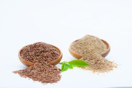 Semillas de lino y linaza molidas en cuencos de madera. Alimentos saludables para la prevención de enfermedades cardíacas y sobrepeso. Foto de archivo