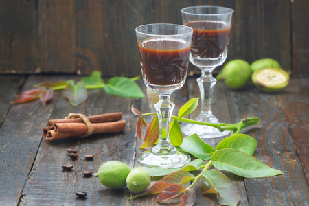 Likier orzechowy. Zielony domowy likier z orzechów włoskich stosowany jako lekarstwo na bóle żołądka