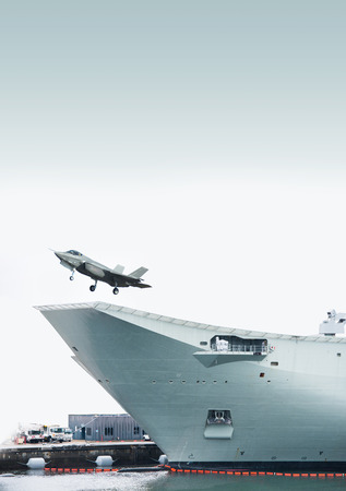 Aircraft lifting off from an amphibious transport dock Banque d'images