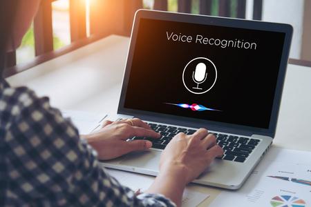 Reconocimiento de voz, detección de voz y concepto de aprendizaje profundo. Aplicación en la pantalla del dispositivo móvil. Foto de archivo