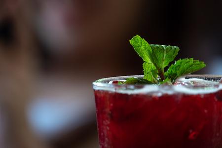 Jus rouges frais, goût aigre-doux, placés sur un fond flou.