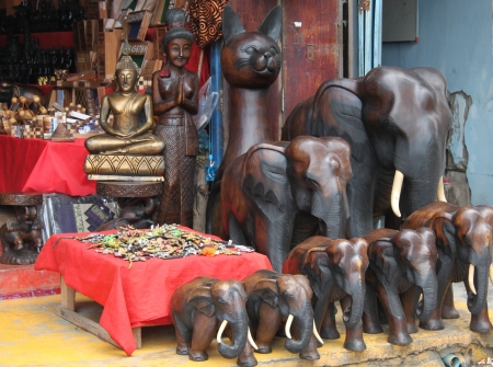 sculptures of elephants from a tree on the market, the island of Koh Samui, Thailand Standard-Bild