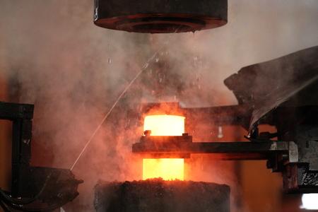 emboutissage: Automatique processus de marquage � chaud des billes de broyage de rondin Banque d'images