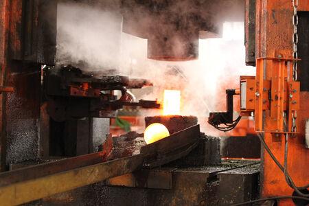 emboutissage: automatique processus de marquage � chaud des billes de broyage de rondin