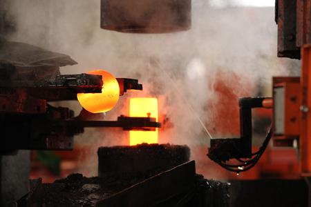 acier: automatique processus de marquage à chaud des billes de broyage de rondin