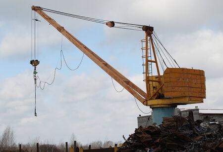 altmetall: ein Kran, um das Altmetall und anderen Materialien zu bewegen