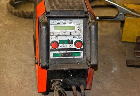 panel de control: potente soldador de arco industrial con panel de control