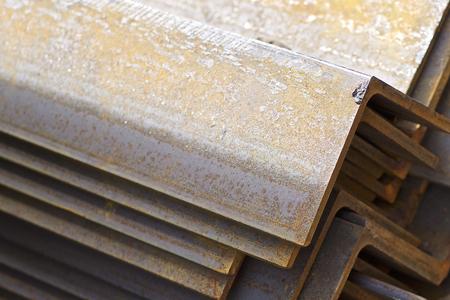 Metallprofilwinkel in Packungen im Lager von Metallprodukten, Russland