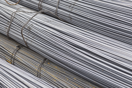Bewehrungsstäbe mit einem periodischen Profil in den Packungen werden im Metallwarenlager in Russland gelagert