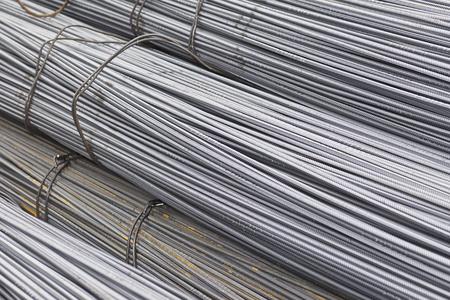 Las barras de refuerzo con un perfil periódico en los paquetes se almacenan en el almacén de productos metálicos, Rusia