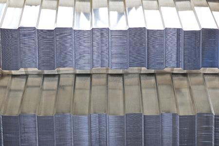 Chapa galvanizada perfilada con recubrimiento de polímero en paquetes en el almacén de productos metálicos, Rusia