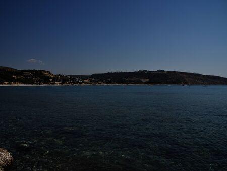Vue sur la côte de la station balnéaire de Pissouri, Chypre, Mer Méditerranée