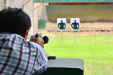 hombre disparando: el hombre disparar con el arma