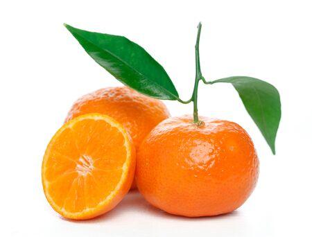 Mandarines avec des feuilles isolées sur blanc Banque d'images