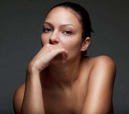 mujer pensativa: Hermosa mujer