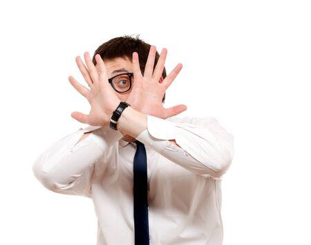 hombre asustado: Hombre asustado aislado en blanco.