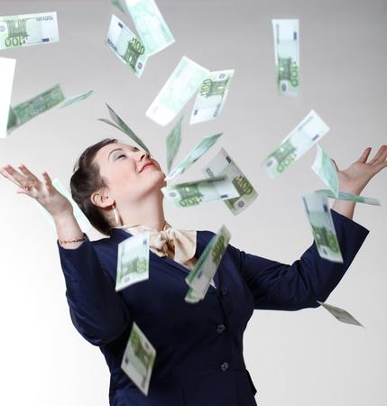 atrapar: Mujeres con volar el dinero. Foto de archivo
