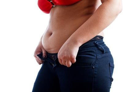 jeans apretados: Mujer gorda aislada en blanco