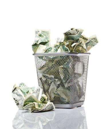 trash basket: Dinero en la cesta. Aislado en blanco.