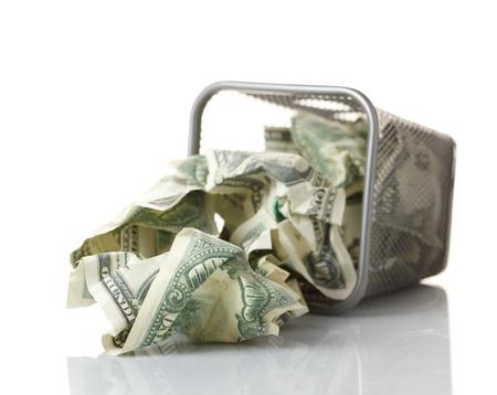 perdidas y ganancias: Dinero en la cesta. Aislado en blanco.