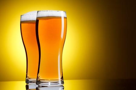 vasos de cerveza: Dos vasos de cerveza