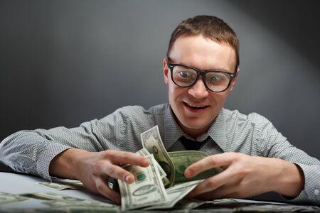 contando dinero: Hombre feliz con dinero Foto de archivo