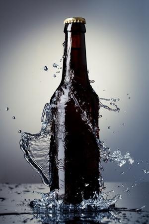 bier glazen: Bier fles met water splash