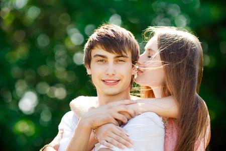 Feliz pareja de jóvenes