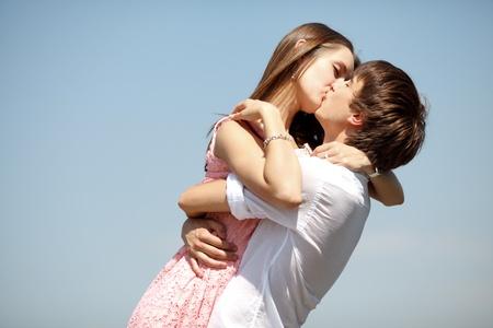 novios besandose: Beso pareja