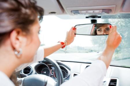 rear view mirror: Joven corregido espejo retrovisor Foto de archivo