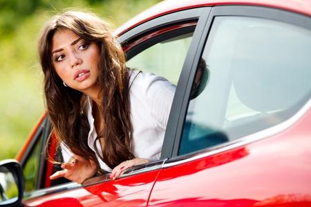 in disrepair: Giovane donna graziosa guardando posteriore della vettura