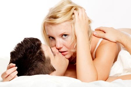 sexo cama: Amorosa cari�osa pareja heterosexual en la cama.
