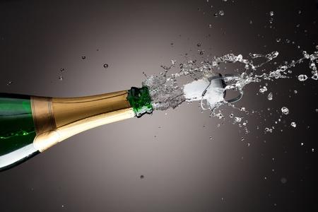 brindisi spumante: Openning bottiglia di champagne