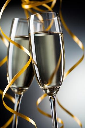 brindis champan: Primer plano de vidrio par con champ�n Foto de archivo