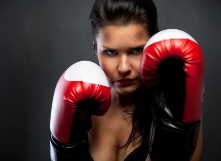 boxeadora: Mujer con guantes de boxeo Foto de archivo