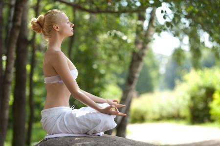 respiration: Jeune fille faisant du yoga dans le parc