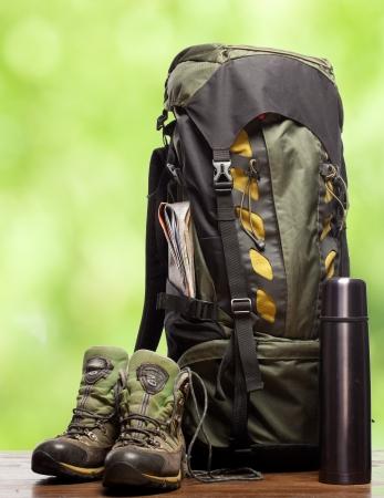 mochila: mochila y los zapatos mochileros Foto de archivo